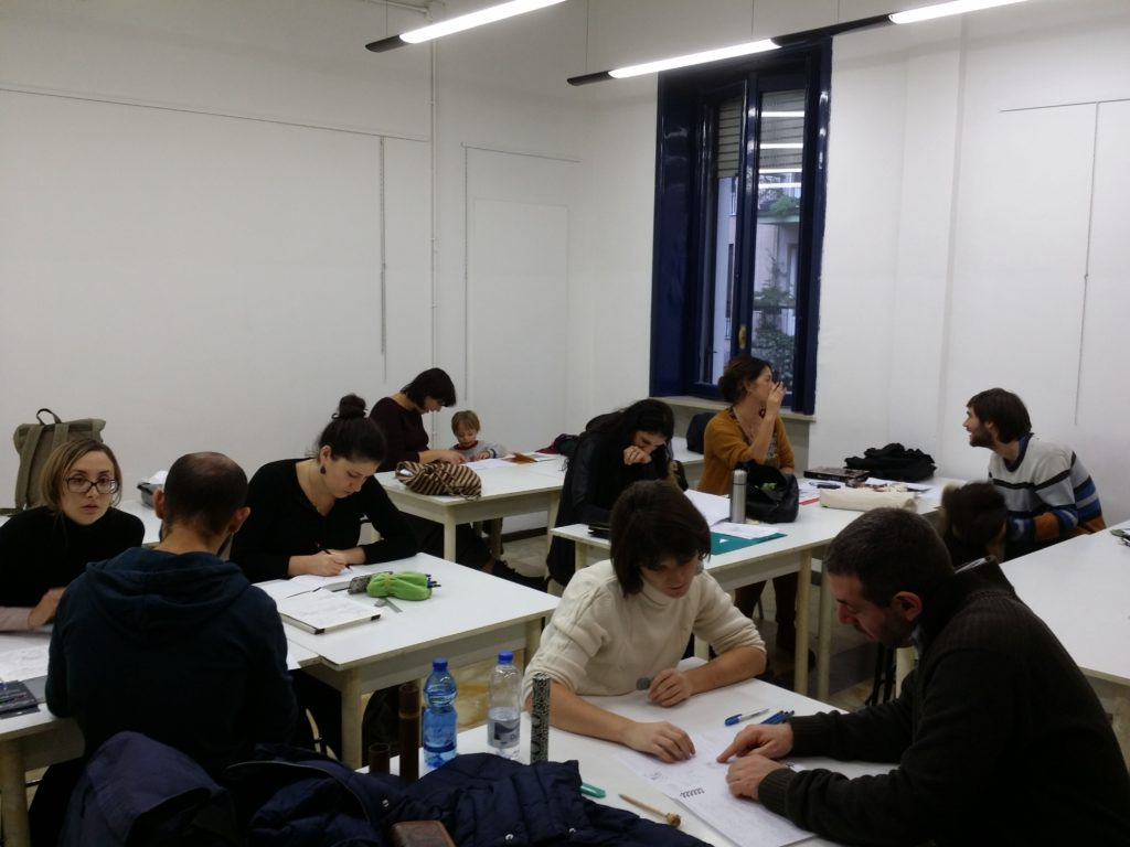 partecipanti al workshop fumetto intenti a disegnare